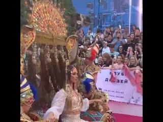 Бузова ворвалась на премию Муз ТВ...на верблюдах