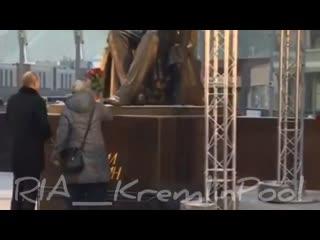 Путин открыл памятник Гранину под прикрытием пуленепробиваемого стекла. -