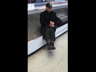 #necro_tv: Тилль Линдеманн в Петербурге катается на ленте выдачи багажа в аэропорту Пулково