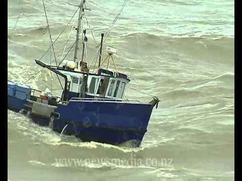 Fishing boats nearly capsize entering the Greymouth River aka Guy brings in boat like a rock star