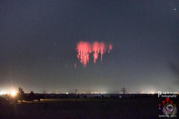 Красные спрайты одно из лучших бесплатных световых шоу в природе! Они очень похожи на фейерверк, однако имеют естественную природу, как, например, северное сияние. Красные электроразряды