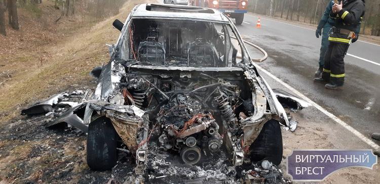 Автомобиль БМВ сгорел на дороге Ивацевичи-Пинск