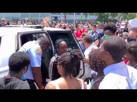 Полиция Нового Орлеана освободила девушку сразу после задержания когда толпа окружила автомобиль