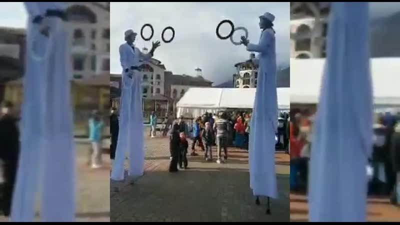 Жонглеры на ходулях на мероприятие Жонглирование кольцами булавами
