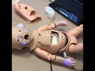 """Этот """"малыш"""" помогает врачам в отработке практических навыков на курсах первичной реанимационной помощи новорожденным."""