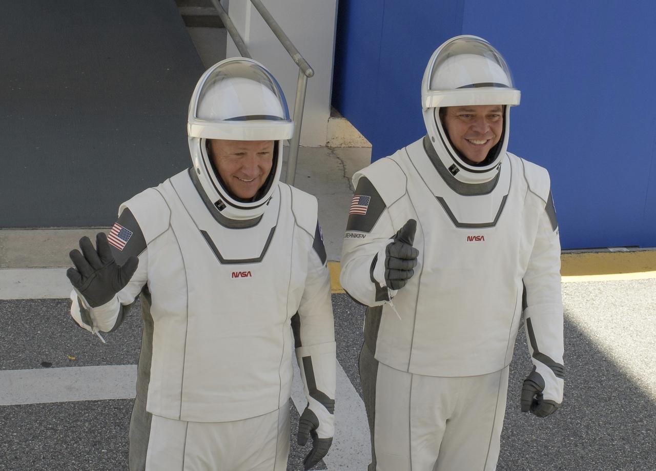 скафандр на астронавтах Спейс Икс - Бенекен и Хёрли.