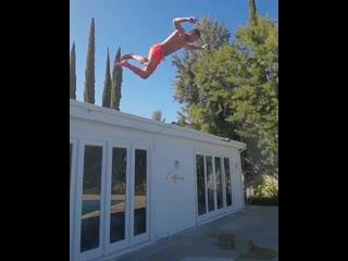 Алексей Воробьев прыгает в бассейн с крыши