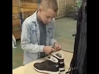 Школьник из Белгорода научил московскую обувную фабрику завязывать шнурки