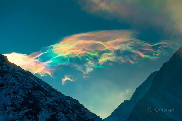 Потрясающие радужные облака Светланы Казиной. Эту красоту я сняла рано утром над священной горой Горного Алтая и самой высокой горой Сибири - Белухой в декабрьские дни 2019 года. И эти два