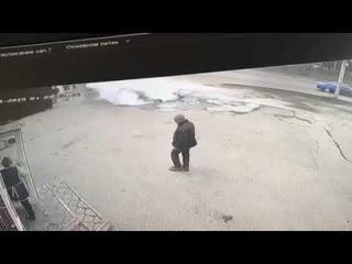 Автомобиль с двумя людьми провалился в кипяток в Пензе