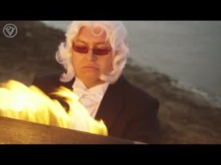 Слепой музыкант Данила Большаков сыграл H in New England Макса Рихтера на горящем пианино на берегу Финского залива