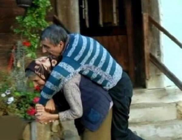 В Сербии пенсионерка 59 лет носит на руках своего парализованного сына