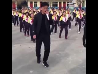 Директор школы танцует с детьми вместо зарядки))