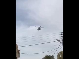 Проход российского ударного вертолёта Ми 35М над одним из сирийских городов