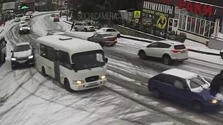 Массовое ДТП на улице Транспортной в Сочи из-за гололеда