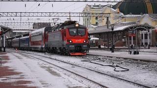 Поезд Тверь - Иркутск под электровозом ЭП20 и с опытным двухэтажным вагоном в Красноярске