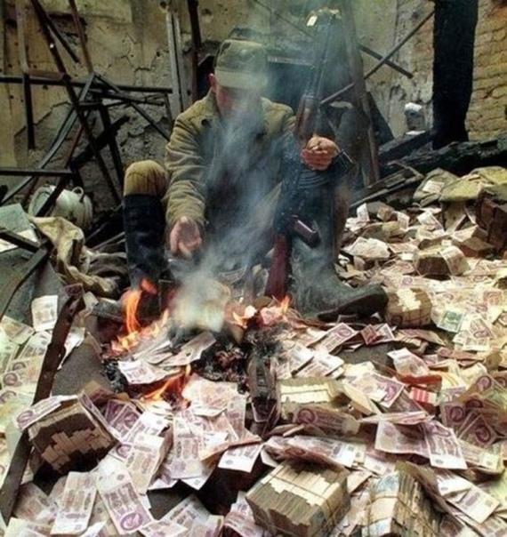 Солдат греется. 1995г, Грозный, Чечня...