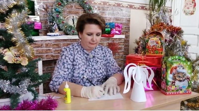 Накануне праздника Рождества педагог школы №5 города Петровска Евгения Ванина провела мастер-класс по изготовлению рождественского ангела