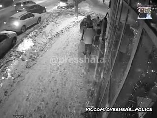 Целый час толпа малолетних отбросов кошмарила прохожих на улице в Кирове