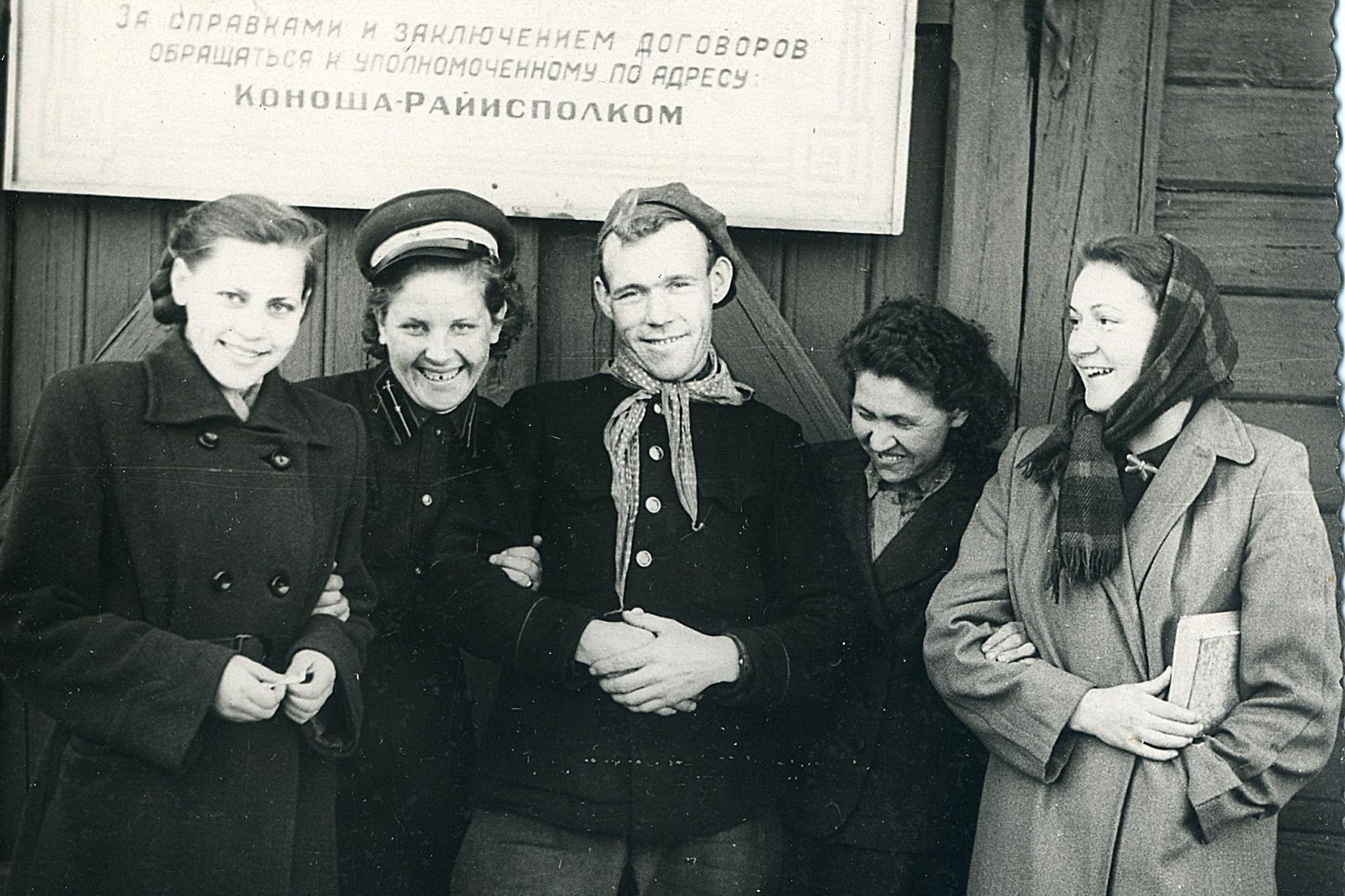 Фото 1950-ых годов, рядом со старым зданием