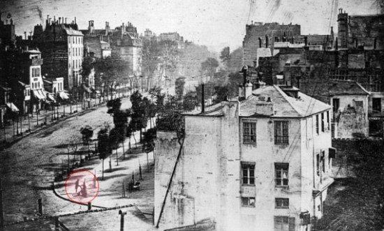 ПЕРВОЕ ИЗОБРАЖЕНИЕ ЛЮДЕЙ НА ФОТОСНИМКЕ ПОЛУЧИЛОСЬ СЛУЧАЙНО Самое первое изображение людей, запечатленное на фотоснимке, появилось в 1838 году. Кто были эти люди - может быть, монарх,