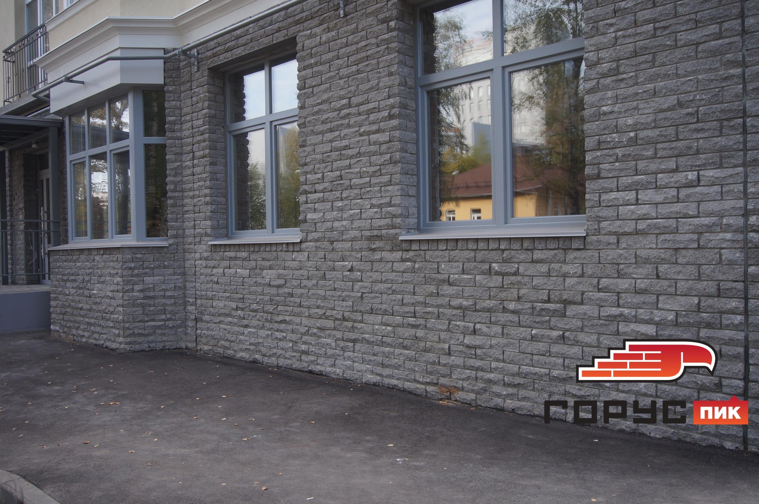 Цоколь - это то, на чём стоит Ваш дом, и поэтому, визуально, он должен казаться массивным.