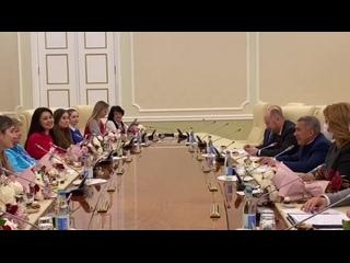 Президент Татарстана встретился с волонтерами республики