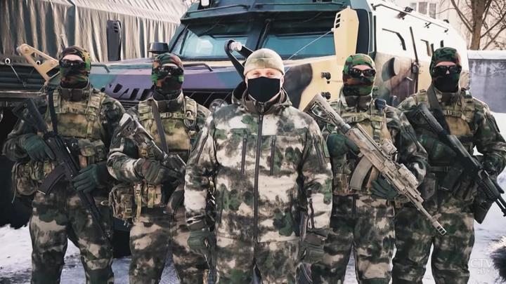 Силовики поздравили Лукашенко с 23 Февраля: многие в балаклавах, десантники бьют БЧБ-предметы