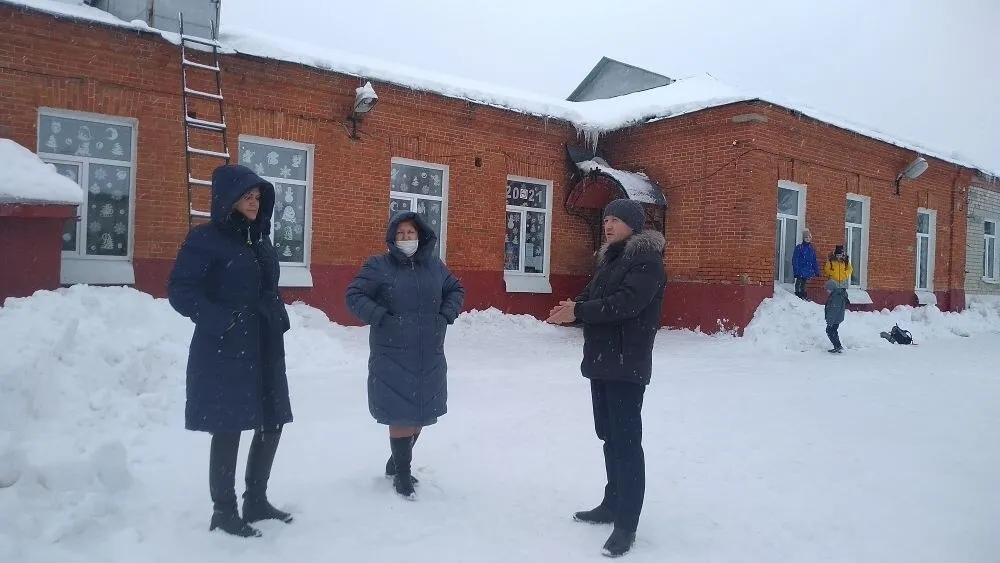 В Петровске проконтролирован ход расчистки от снега школьных территорий