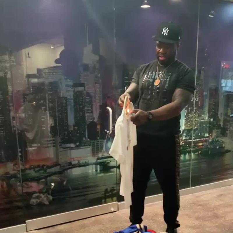 50 Cent сжёг свою футболку Gucci из-за расистского скандала [NR]
