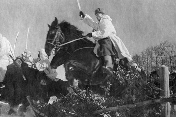 Зима 1941-1942 годов. СССР. Бойцы кавалерийского эскадрона под командованием старшего лейтенанта П.П. Кондратова освобождают деревню