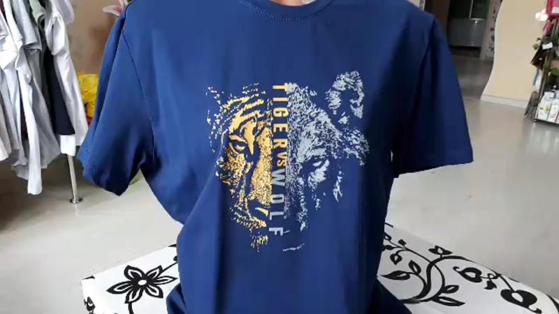 футболка мужская светло-синяя волк против тигра принт