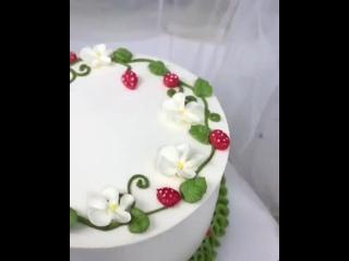 """Нежнейший кремовый декор Клубничного торта. / Наша группа во ВКонтакте: """"ULTRACAKES""""."""