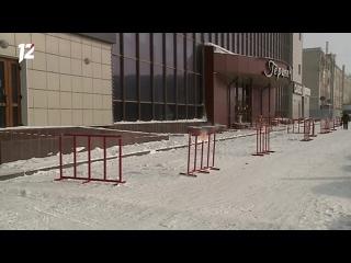 В Омске следователи выясняют причины схода льда с окон торгового комплекса