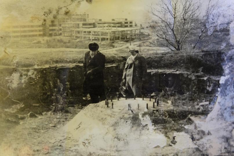Бетонное основание батареи №464. На фото стоят майор Н.Е. Шаров и заведующая фондами музея Матрена Афанасьевна.