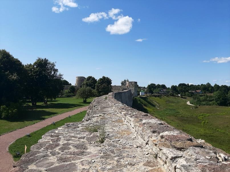 Старый Изборск. Стена крепости. Вид со смотровой площадки башни Луковка