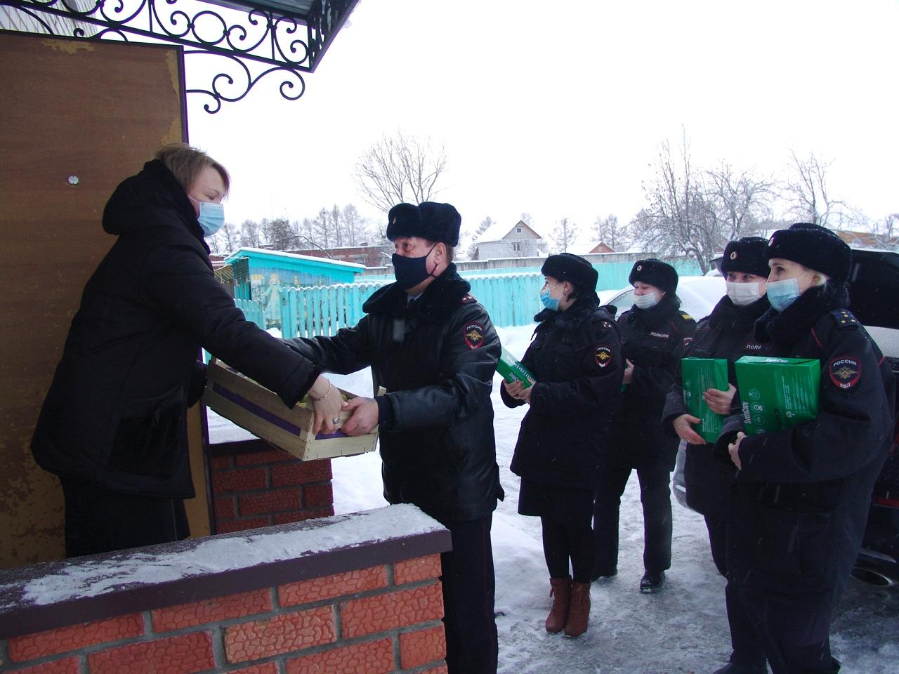 Суздальские полицейские поздравили подшефных ребят с праздниками