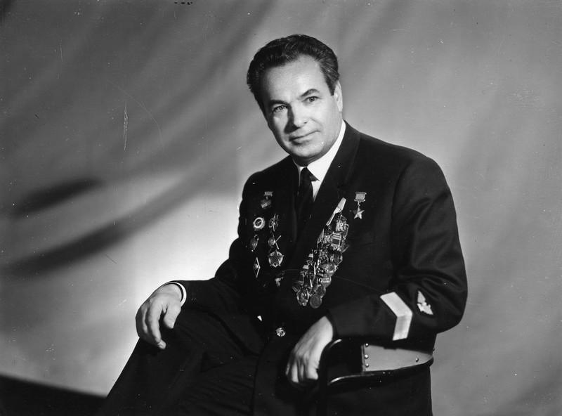 Михайлов Павел Михайлович (1917—2005) — советский лётчик гражданской авиации, уч...