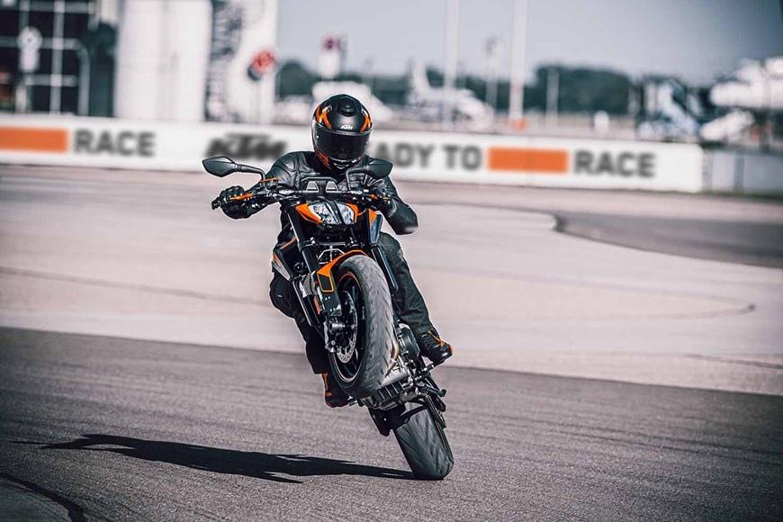 Нейкед KTM 890 Duke 2021 стал мощней