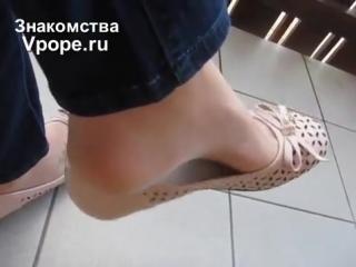 Девушка играет балеткой shoeplay ballet flats (ножки, фетиш, фут, foot, fetish, чулки, legs, секси)