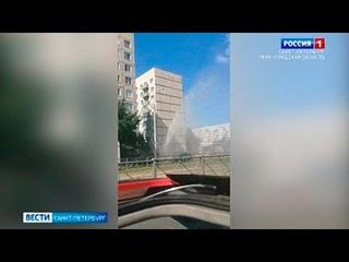 Фонтан воды забил из-под земли во Фрунзенском районе