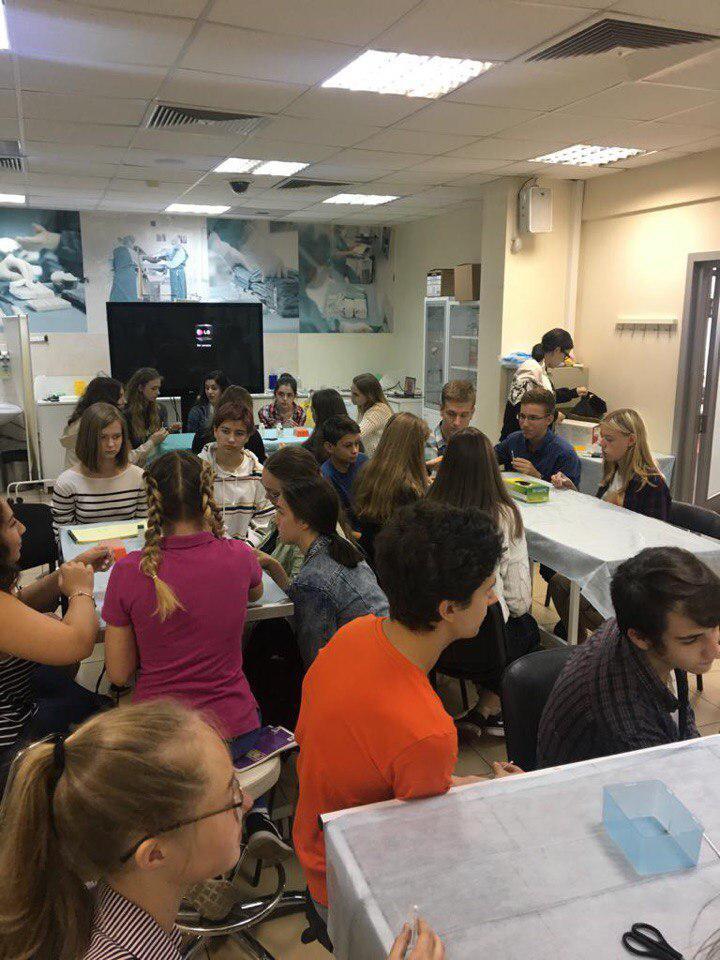 Учащиеся школы № 2048 приняли участие в «Школе юного хирурга»