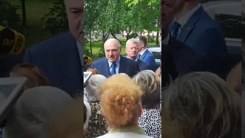 Лукашенко раздает шоколад бабушкам в Барановичах Любительское видео