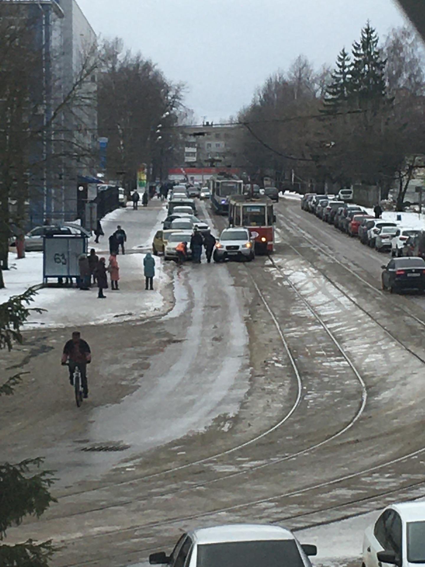 В Смоленске трамвай и кроссовер столнулись возле депо