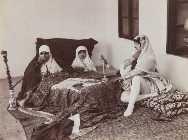 По Сети уже долгое время гуляет подборка фотографий из гарема иранского правителя Насер ад-Дин Шах Каджара