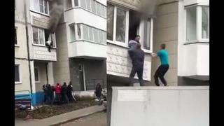 В Белгороде прохожие спасли пенсионеров из горящей квартиры