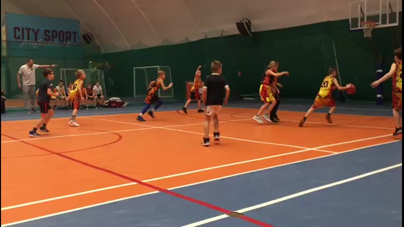 Женька играет в баскетбол