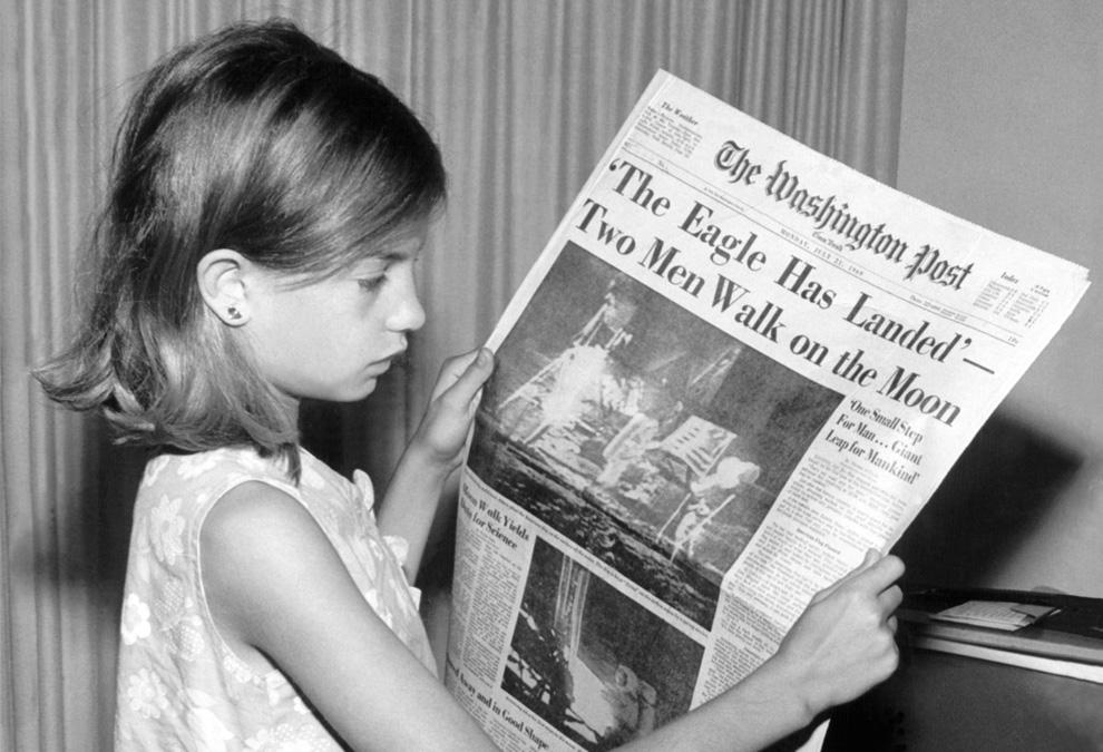 25) Комментарий пользователя Википедии к этой фотографии «Это моя мама в понедельник 21 июля 1969 года держит в руках вашингтонскую газету с заголовков «Орел посадил двух людей на поверхность Луны» Фотографию сделал мой дедушка.»